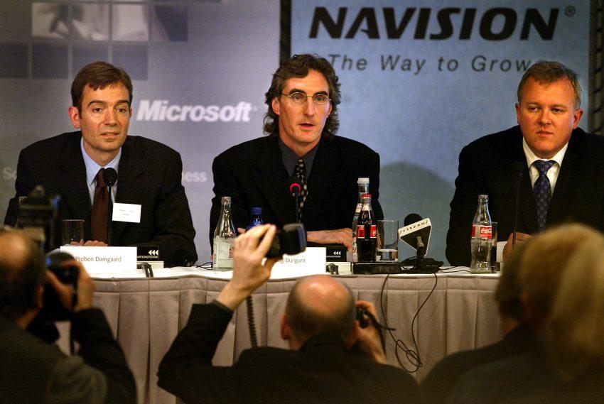 Doug Burgum (im), Microsoft senior vice president, er flankeret af to af softwareselskabet Navisons hovedaktionaerer Preben Damgaard(tv) og Jesper Balser(th) på et pressemøde tirsdag maj 7, 2002 i København, hvor det blev meddelt, at Microsoft køber Navision.SE RITZAU (Foto: BJARKE ØRSTED/SCANPIX NORDFOTO 2002)